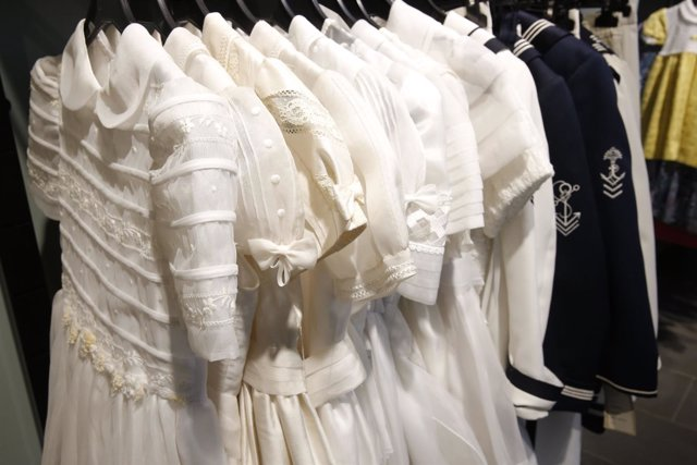 Vestidos de comunión nuevos a menos de 80 € en tiendas de Cáritas