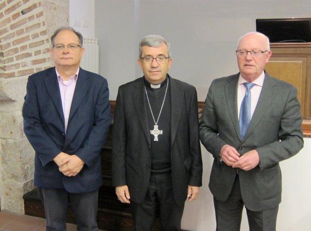 El director de Cáritas Valladolid, Jesús García Gallo, a la izquierda de la foto