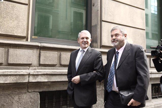 Pablo Crespo (izq) acompañado por su abogado, Miguel Durán