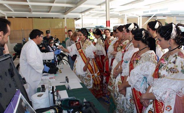 La Reina de la Huerta y su corte de damas de honor, durante su visita