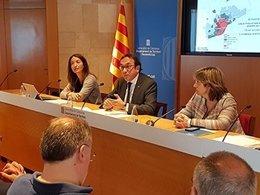 El conseller Josep Rull al costat de Marta Subirà i Mercè Rius