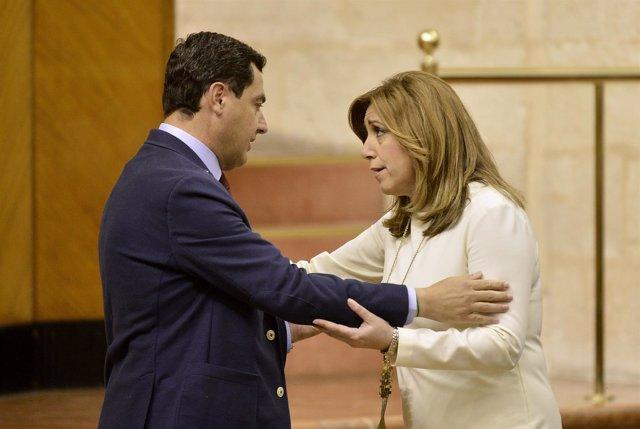 Juanma Moreno y Susana Díaz se saludan en el Parlamento andaluz