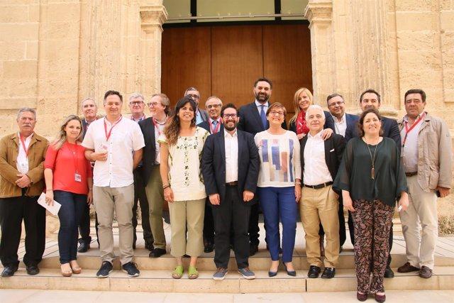 Foto de grupo tras el debate de la Ley de Podemos en el Parlamento andaluz