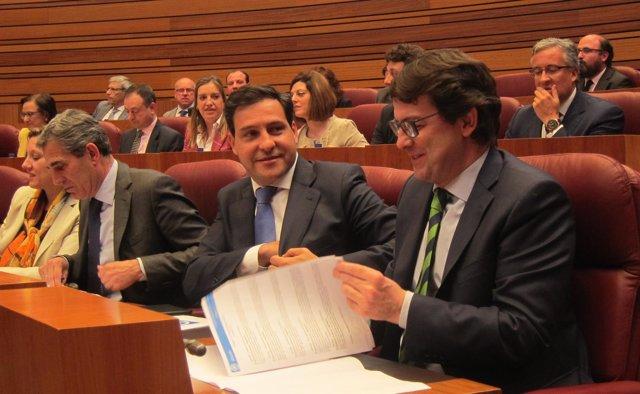 Raúl de la Hoz y Alfonso Fernández Mañueco en el Pleno de las Cortes