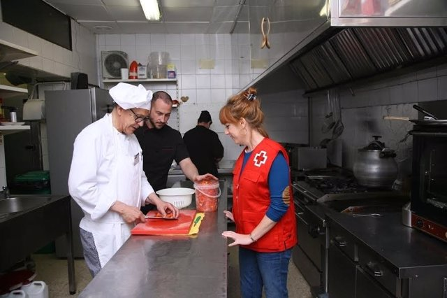 Uno de los beneficiarios realiza sus prácticas en un establecimiento hostelero