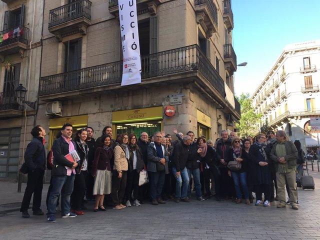 Miembros de Sostre Civic frente al edifico que rehabilitarán
