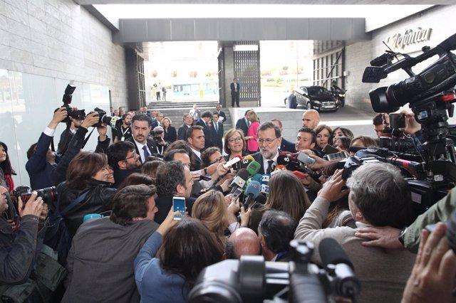 Rajoy atiende a los medios antes de un acto de la CEOE