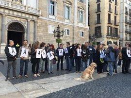 Un centenar de profesores se concentran en recuerdo de Abel Martínez asesinado hace dos años