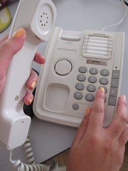Una joven marcando un número de teléfono