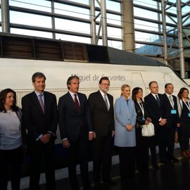 Rajoy se sube al mismo AVE que hizo el primer trayecto Madrid-Sevilla tras posar con Cifuentes en la estación de Atocha