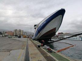 Un ferry abandonado en el puerto de Algeciras se hunde por el temporal