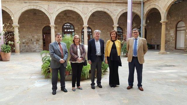 Fernández de Moya (c) durante su visita a la sede de la AEAT en Úbeda.
