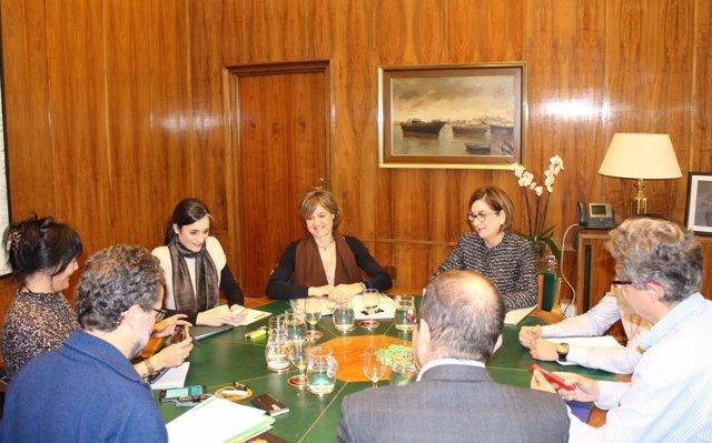 La ministra de Medio Ambiente, Isabel García Tejerina, con ONG ambientales