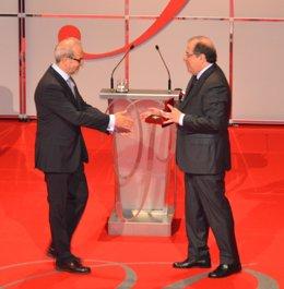 El rector de la USAL recibe el Premio de manos de Juan Vicente Herrera