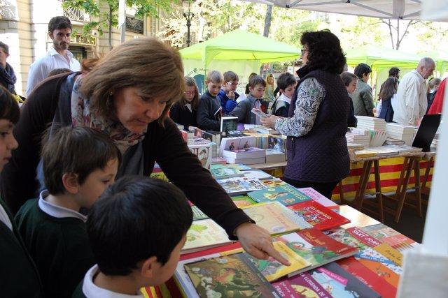 Adults i nens miren llibres a Sant Jordi a Barcelona