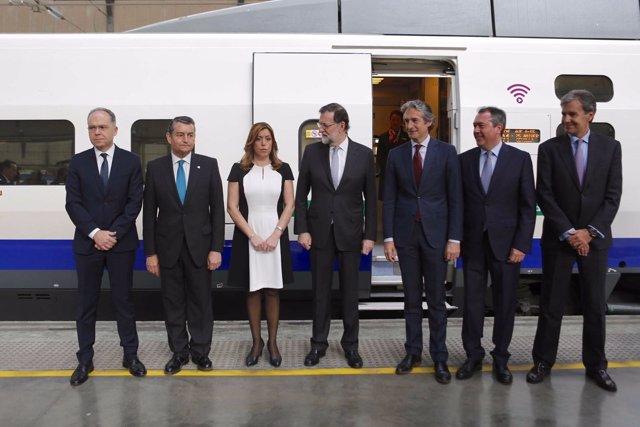Rajoy junto a Díaz y otros dirigentes en el acto de aniversario del AVE