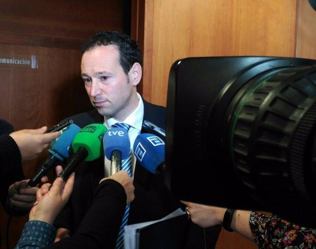 Guillermo Martínez atiende a los medios de comunicación en la Junta.