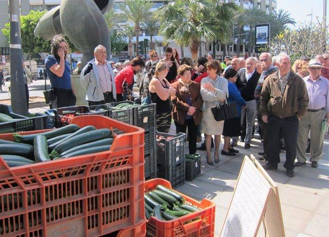 Reparto de hortalizas en la Rambla Federico García Lorca de Almería