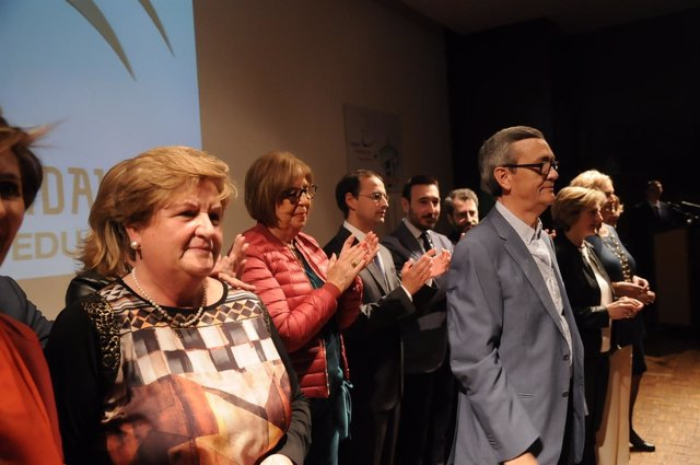 Adelaida de la Calle, consejera de Educación, con docentes jubilados de Cádiz