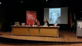 La Biblioteca Provincial de Jaén homenajea a la poeta Julia Uceda en un encuentro con estudiantes en el Día del Libro