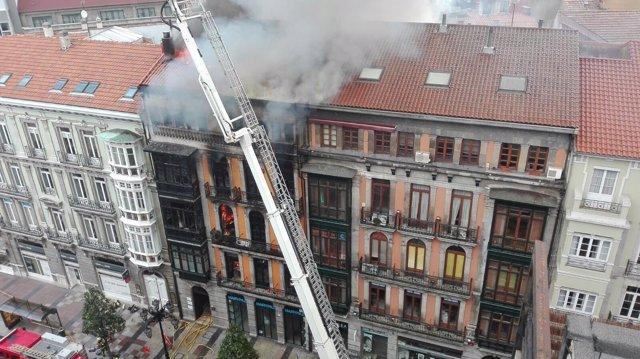 Incendio en la calle Uría de Oviedo.