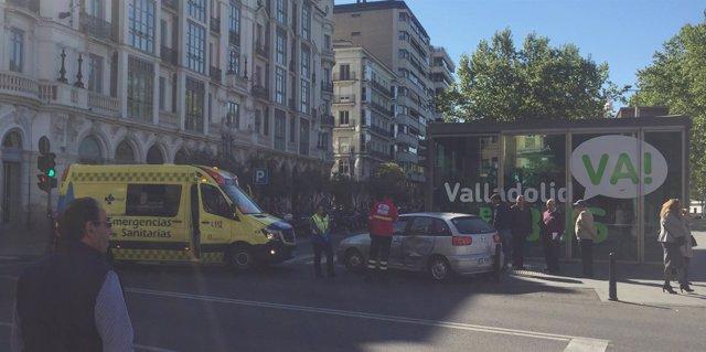La ambulancia y el turismo que han colisionado en la Plaza de Zorrilla