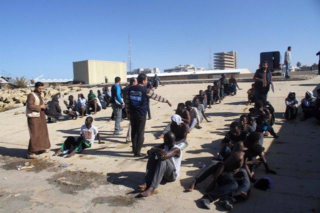 Inmigrantes rescatados por la Guardia Costera de Libia