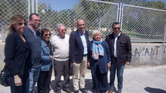 Echávarri, tercero por la derecha, con vecinos en su visita a Lo Morant