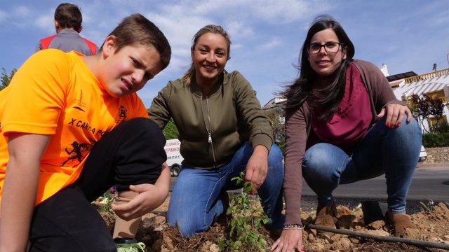 Los escolares de Laujar han plantado hasta 150 árboles en esta jornada.