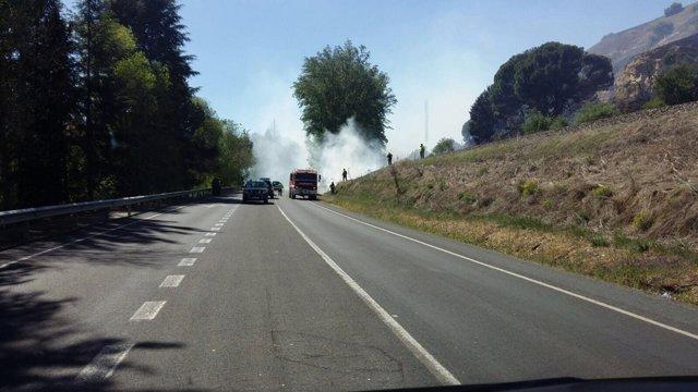Carretera cortada por el incendio