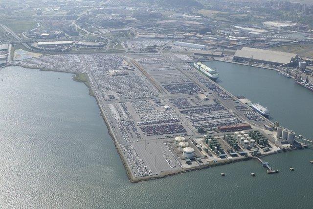 Vehículos en la explanada del Puerto de Santander
