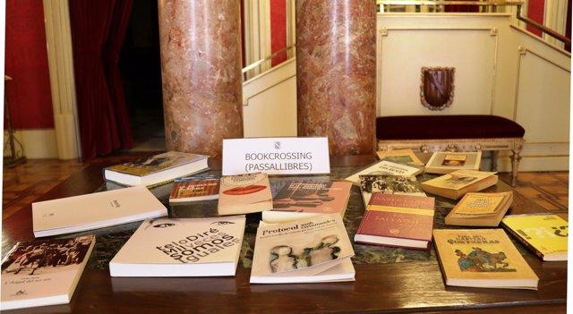 Intercambio de libros en el Parlament por el Día de Sant Jordi