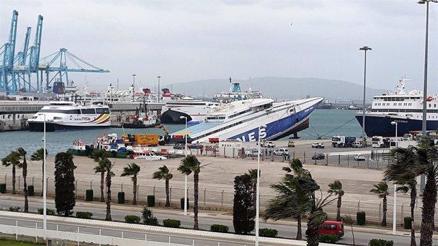 Ferry hundiéndose en el puerto de Algeciras