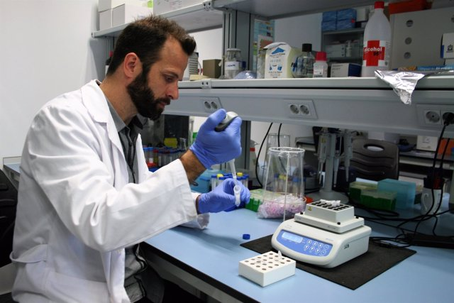 El investigador José Ruiz en los laboratorios del Citius