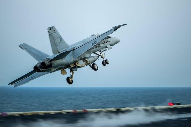 Caza F/A-18E Super Hornet despegando del 'USS Carl Vinson'
