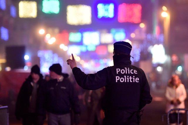 Un policía patrulla las calles de Bruselas