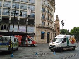 Sucesos.- Sofocado un incendio declarado en la cubierta de un edificio ubicado junto a la Plaza Nueva