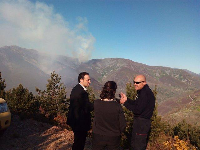 El consejero (izquierda), cerca del incendio de Omente (Ibias).