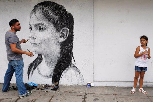 Ariadna Herrera, de seis años, posa para el artista cubano  Maisel López