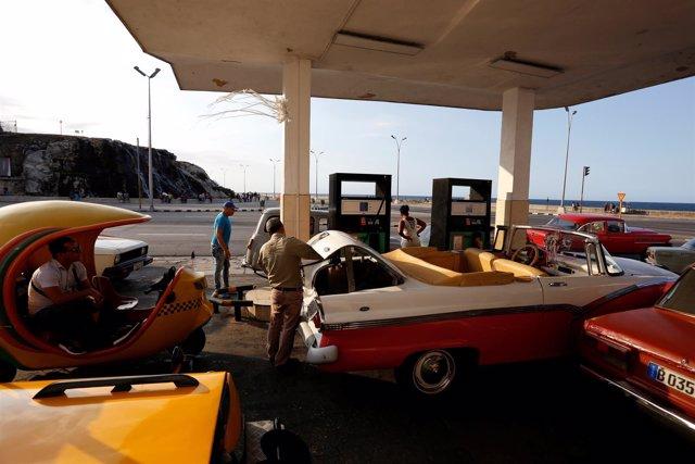Varios turismos repostan en La Habana, Cuba.