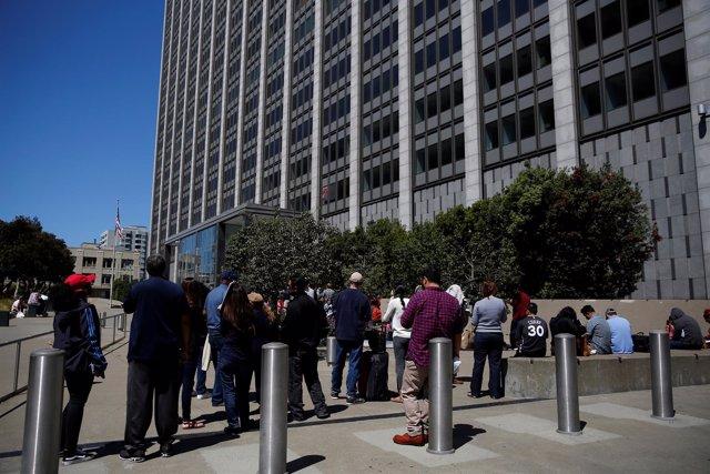 Varios trabajadores esperan a que se restablezca el suministro eléctrico.