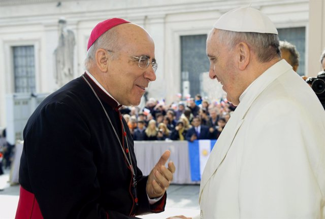 El obispo de Huelva, José Vilaplana Blasco, junto al Papa Francisco.