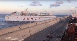 Un ferry colisiona en el muelle de Las Palmas y provoca un derrame de combustible