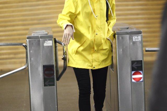 Viajera entrando en una estación de Metro de Madrid, viajero, viajeros