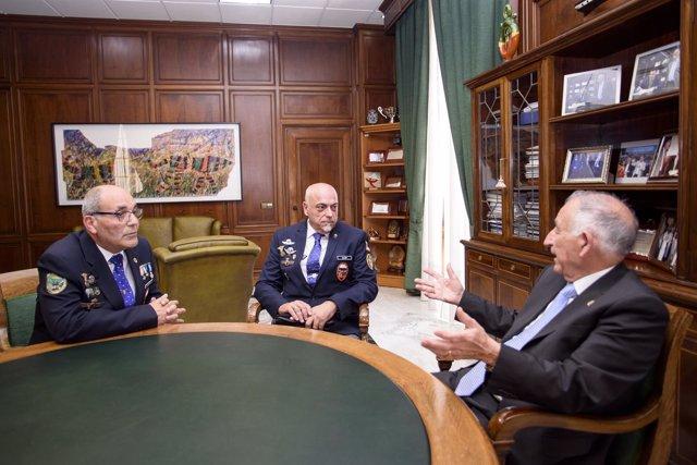 Los representantes de la Asociación de Veteranos Paracaidistas con Gabriel Amat.