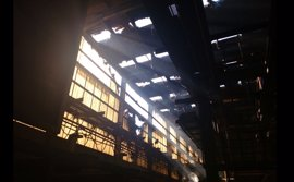 Un incendio afecta a la cubierta y la fachada de Trefilerías Quijano