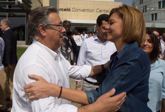 María Dolores de Cospedal saluda a Juan Ignacio Zoido en el Congreso de NNGG