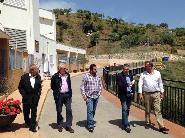 Los diputados Francisco Salado y José Ramón Del Cid en una visita a Moclinejo