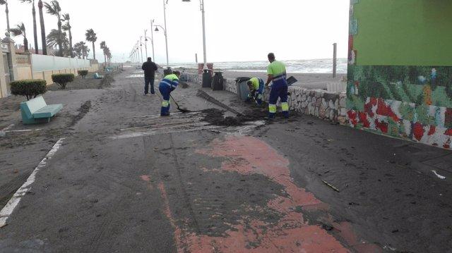 Limasa actuando en el paseo marítimo de Málaga tras el temporal, platya, arena