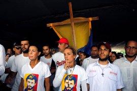 La oposición marcha por las calles de Caracas en recuerdo de los muertos durante las protestas contra Maduro